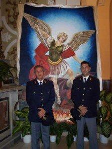 Die lebensgroße Darstellung San Micheles, welcher den Teufel, also das Böse, besiegt hat und deshalb als Schutzpatron der Polizei gilt - flankiert von zwei Kollegen der Polizia di Stato
